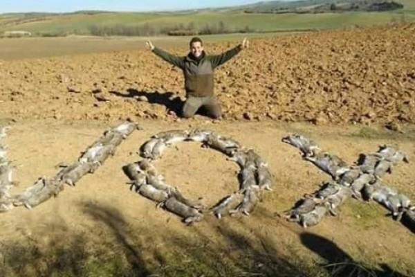 La palabra VOX escrita con liebres cazadas